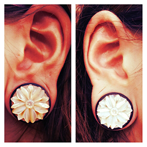 """Black horn plugs with flower inlays 1""""  (pair)"""